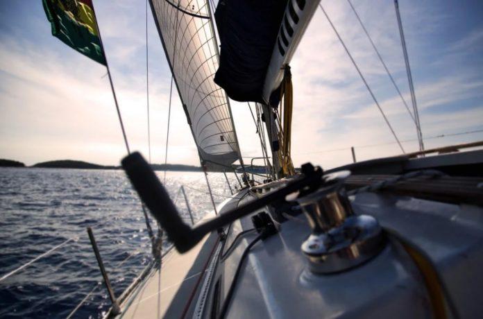 Чтобы стать великим капитаном, необходимо переплыть бурное море.